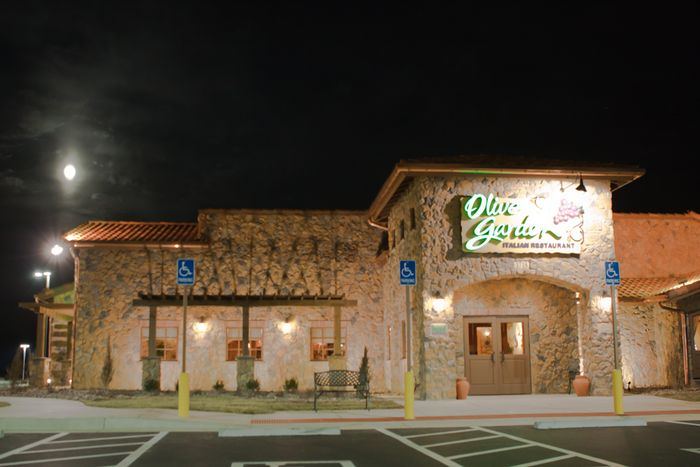 for dinner we chose olive garden we drove to this brand new one looked around and there were only a few cars we found out they opened the next day - Olive Garden Santa Fe
